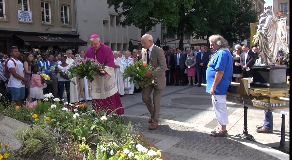 Mgr Lagleize + Dominique Gros déposent une gerbe à la statue de Marie le 15 août 2016